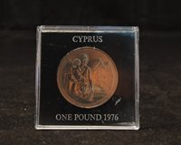 1976 CYPRUS ONE POUND, REFUGEE COMMEMORATIVE COIN IN PLASTIC CASE, UNC